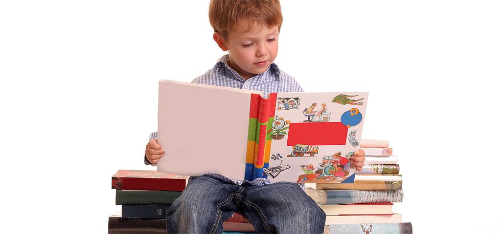 Мальчик читает  книгу на уроке ТРИЗ