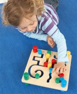 Девочка решает головоломку на занятии по ТРИЗ